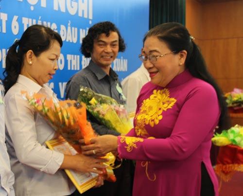 Bà Nguyễn Thị Bích Thủy, Phó Chủ tịch LĐLĐ TP HCM, trao giấy khen cho các đơn vị xuất sắc