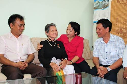 Bà Trần Kim Yến (thứ hai, từ phải sang) và lãnh đạo quận Phú Nhuận thăm hỏi mẹ Việt Nam anh hùng Nguyễn Thị Ty