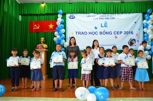 Lãnh đạo Quỹ CEP và LĐLĐ huyện Củ Chi, TP HCM trao học bổng cho học sinh vượt khó, học giỏi