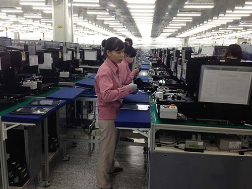 Công nhân đang làm việc tại một nhà máy của Tập đoàn Samsung