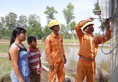 Gắn điện kế cho bà con dân tộc Khmer tại huyện Cầu Ngang, tỉnh Trà Vinh