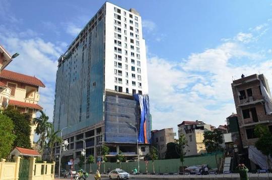 TP Hà Nội vừa bất ngờ cho phép chủ đầu tư toà nhà 8B Lê Trực được tự cắt ngọn phần xây dựng sai phép - Ảnh: Nguyễn Hưởng