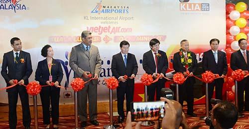 Phó Thủ tướng Trịnh Đình Dũng và các lãnh đạo cấp cao thực hiện nghi thức cắt băng khánh thành Vietjet mở đường bay thẳng tới Malaysia