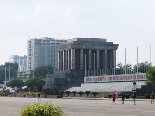 Tòa nhà 8B Lê Trực có nhiều sai phạm nhìn từ Quảng trường Ba Đình - Ảnh: Nguyễn Hưởng