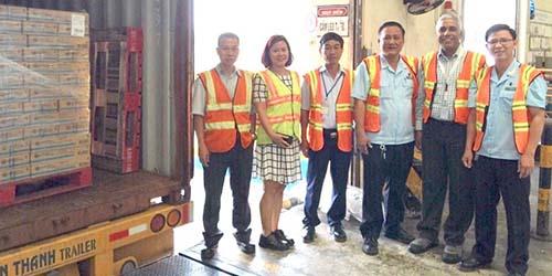 Hải quan Bình Dương cùng lãnh đạo nhà máy kiểm tra lô hàng xuất khẩu sang Hồng Kông
