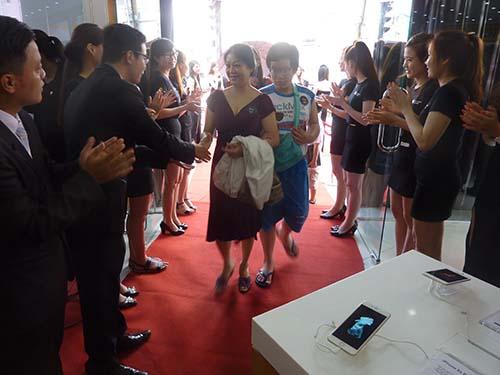 khách hàng được chào đón tại Thế Giới Di Động