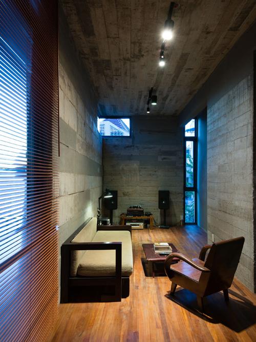 Giải pháp sử dụng bê tông trần, gạch nung cho sàn, trần, tường giúp tiết kiệm đáng kể chi phí trang trí hoàn thiện. Ngoài ra, gỗ sau khi dùng làm cốp pha được tái sử dụng để đóng cửa đi, cửa sổ, bàn ghế...