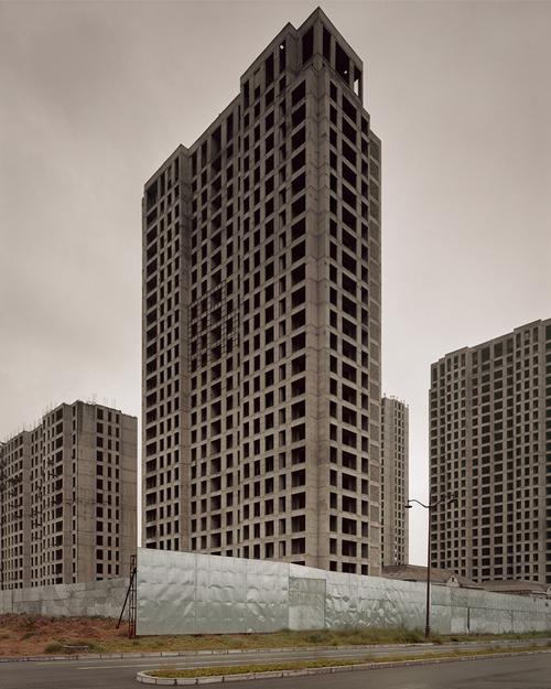 Vẫn còn một số tòa nhà chưa được hoàn thiện hẳn.