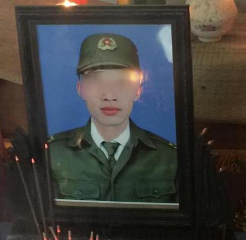 Di ảnh của Phó công an xã tử vong trong lúc làm nhiệm vụ Trần Mạnh Tùng - Ảnh: Thái Thanh