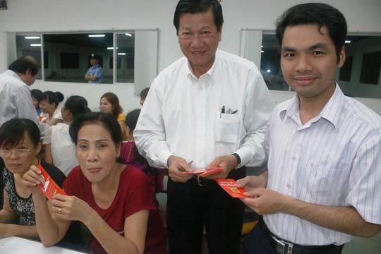 Ông Sy Sam Cau (giữa), Phó Chủ tịch HĐQT Công ty Huê Phong lì xí Tết cho công nhân khu lưu trú