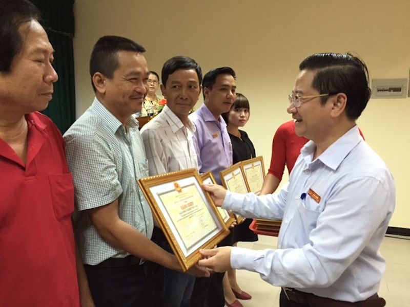 Ông Trần Công Tuấn, Trưởng VPĐD Báo Người Lao Động tại Cần Thơ nhận bằng khen do Trưởng Ban Tuyên giáo trao tặng.