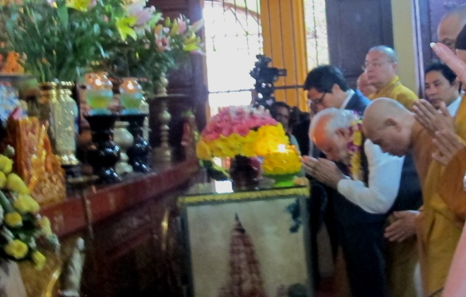 Thủ tướng Ấn Độ Narendra Modi thành kính dâng hương tại chùa Quán Sứ
