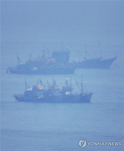 Tàu cá Trung Quốc đánh bắt trái phép ngoài khơi đảo Yeonpyeong - Hàn Quốc. Ảnh: Yonhap