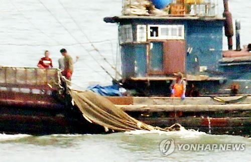 Ngư dân tàu Trung Quốc kéo lưới ở vùng biển gần đảo Yeonpyeong - Hàn Quốc. Ảnh: Yonhap