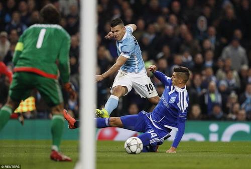 Sergio Aguero dứt điểm không thành công trước cầu môn Kiev