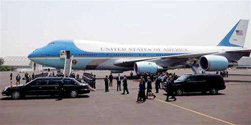 Tổng thống Barack Obama cùng các quan chức cấp cao và nhân viên bảo vệ xuống máy bay từ cửa trước, trong khi đội ngũ phục vụ xuống bằng cửa sau