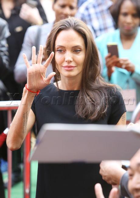Angelina Jolie gây sốc với thân hình gầy nhom trên thảm đỏ