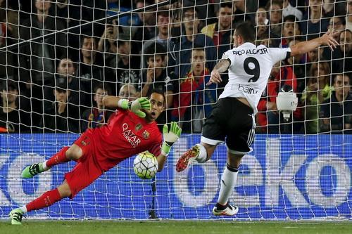 Thủ môn Claudio Bravo vất vả trước các chân sút Valencia