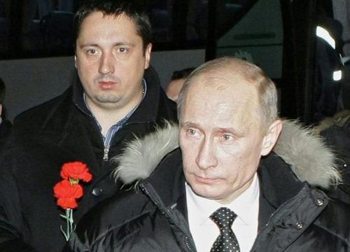 Shprygin tại một sự kiện chính trị năm 2010, đứng sau tổng thống Nga Vladimir Putin