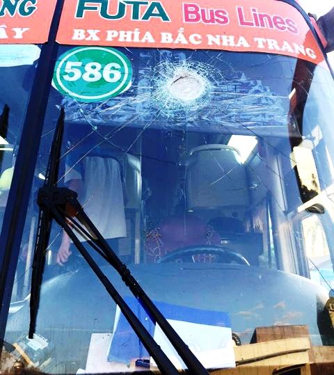Một vụ xe khách bị ném khiến hành khách bị thương ở tỉnh Đồng Nai