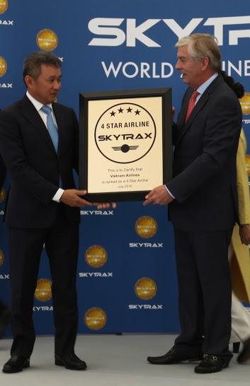 Ông Edward Plaisted, Giám đốc điều hành SkyTrax, trao chứng chỉ công nhận hãng hàng không 4 sao cho Tổng giám đốc Vietnam Airlines Dương Trí Thành