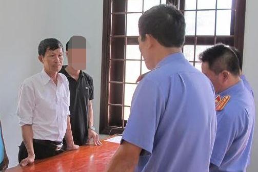 Cơ quan chức năng đang đọc lệnh bắt ông Nguyễn Hữu Mạnh (Áo trắng) (Ảnh: CTV)