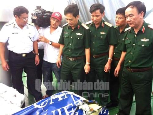 Trung tướng Phan Văn Giang (thứ ba từ trái sang) quan sát mảnh vỡ của chiếc máy bay CASA-212. Ảnh: QĐND