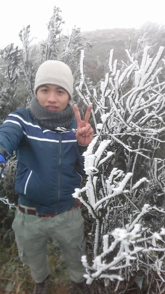 Du khách chiêm ngưỡng băng tuyết trên đỉnh núi Mẫu Sơn
