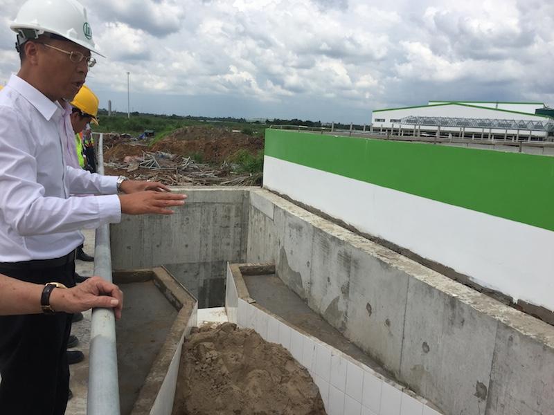 Ông Chung Wai Fu-tổng giám đốc Công ty TNHH Giấy Lee & Man Việt Nam giới thiệu hệ thống xả thải của nhà máy.