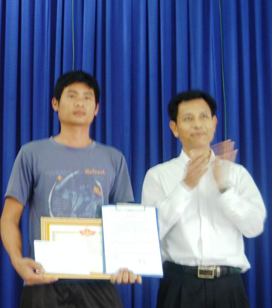 Ông Lưu Tiến Chinh, Chủ tịch UBND huyện Đạ Huoai, trao giấy khen và thưởng nóng với số tiền 10 triệu đồng cho anh Bắc. Ảnh: Đình Thi