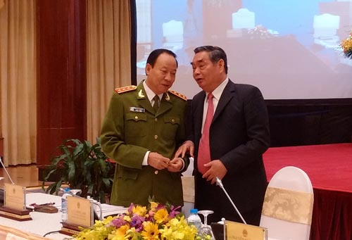 Ông Lê Hồng Anh - Ủy viên Bộ Chính trị, Thường trực Ban Bí thư - trao đổi với Thượng tướng Lê Quý Vương, Thứ trưởng Bộ Công an, tại hội nghị