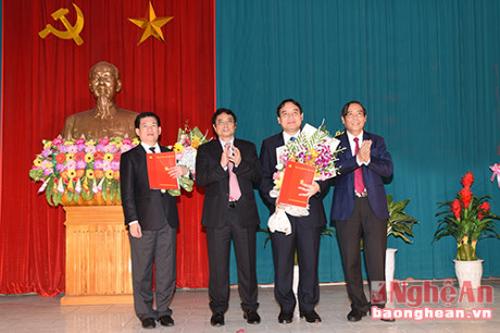 Ông Phạm Minh Chính, Trưởng Ban tổ chức Trung ương (thứ hai từ trái qua), trao quyết định cho ông Nguyễn Đắc Vinh (thứ hai từ phải qua) và Hồ Đức Phớc (đầu tiên bên trái) - Ảnh: Báo Nghệ An