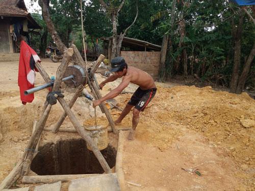 Người dân huyện Ngọc Hồi, tỉnh Kon Tum đào giếng tìm nguồn nước chống hạn Ảnh: Hoàng Thanh