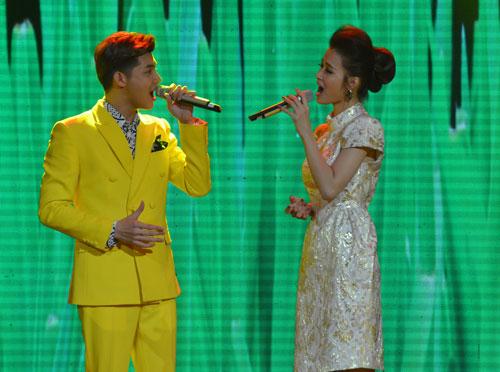 """Noo Phước Thịnh và Đông Nhi trình diễn ca khúc """"Ly rượu mừng"""" tại lễ trao Giải Mai Vàng tối 22-1 Ảnh: Tấn Thạnh"""