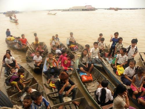 Trẻ em nghèo chèo thuyền đến học tại Trường Tiểu học Việt Nam ở Biển Hồ