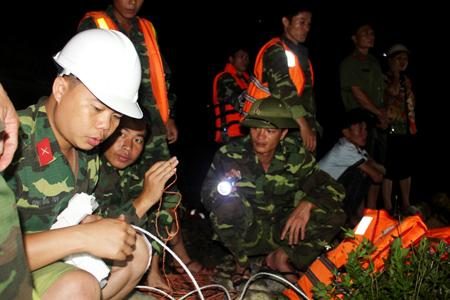 Các lực lượng quân đội, công an, dân quân tự vệ được huy động tìm kiếm các sinh viên bị lũ cuốn - Ảnh: Trung tâm tin Cổng TTĐT Quảng Ninh