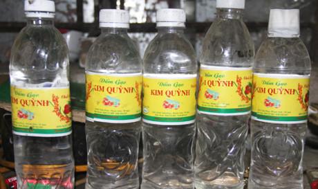 Số giấm gạo làm từ a-xít và nước do bà Kim sản xuất bán ra thị trường - Ảnh: Phạm Bằng
