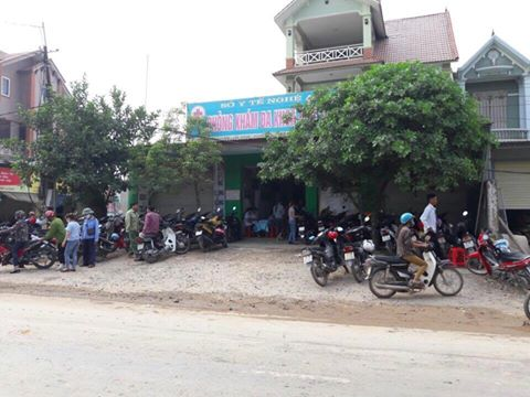 Rất đông người dân tập trung tại Phòng khám tư nhân ở xã Bảo Thành nơi chị Hà được cấp cứu ban đầu.