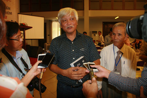 Nhà sử học Dương Trung Quốc trả lời báo chí trong giờ giải lao