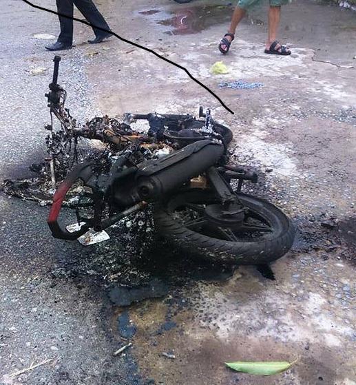 Xe máy của 2 kẻ trộm chó bị người dân đốt