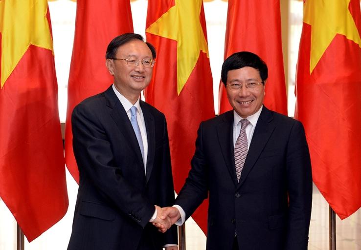 Phó Thủ tướng, Bộ trưởng Bộ Ngoại giao Phạm Bình Minh bắt tay Ủy viên Quốc vụ Trung Quốc Dương Khiết Trì sáng 27-6 tại Trung tâm Hội nghị quốc tế ở Hà Nội