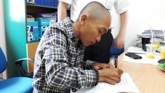 Trần Nguyễn An Khương ký vào giấy tờ xin hiến tạng