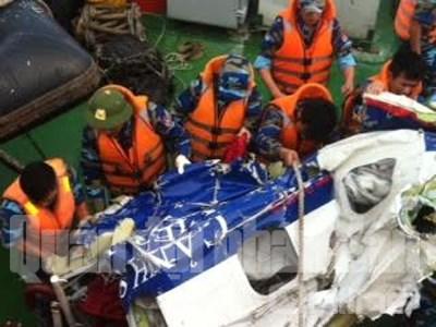 Mảnh vỡ máy bay được tàu CSB 2008 vớt trên biển - Ảnh: QĐND