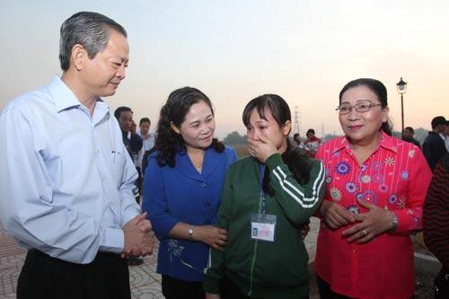 Chị La Thị Hương (thứ hai từ phải sang) bật khóc khi được lãnh đạo Thành ủy, UBND và LĐLĐ TP HCM thăm hỏi trước khi lên xe. Ảnh: hoàng Triều
