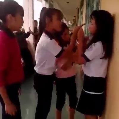 Cảnh nữ sinh Trường THCS Trần Phú (TP Huế) đánh bạn. (Ảnh cắt từ clip)