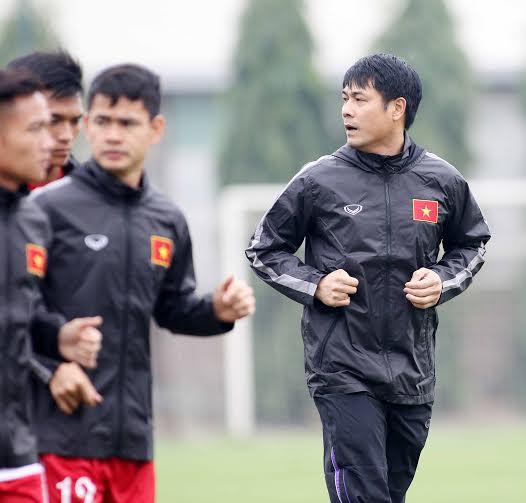 HLV Nguyễn Hữu Thắng và các học trò đã có buổi tập đầu tiên trên sân Trung tâm Đào tạo bóng đá trẻ Việt Nam.