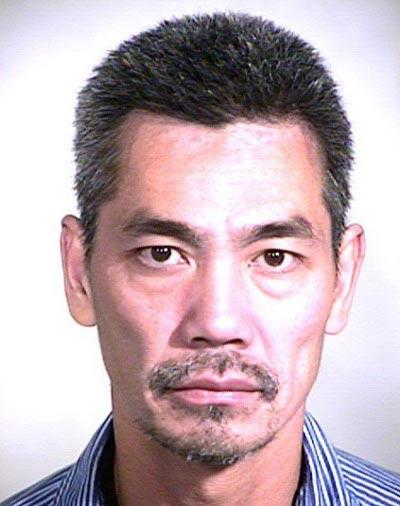 Ông Long Hoang Ma trên chiếc taxi của mình và Bac Tien Duong (ảnh dưới )Ảnh: LAT - OSCD