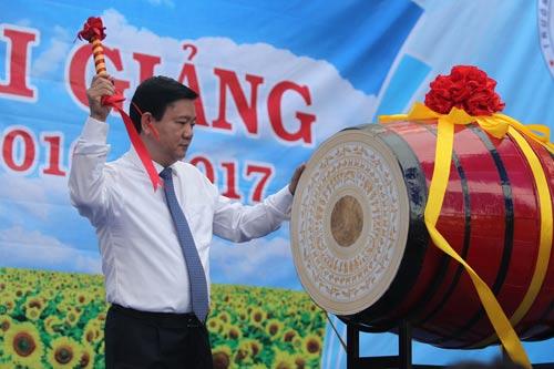 Bí thư Thành ủy TP HCM Đinh La Thăng đánh trống khai giảng năm học mới tại Trường THPT Lương Thế Vinh Ảnh: hoàng Triều