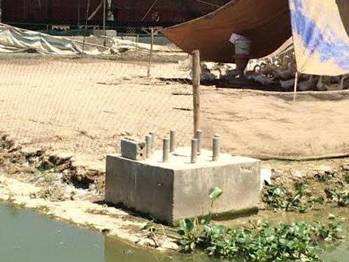 """Trụ điện và móng trụ điện đường dây 220 KV bị """"tố"""" thi công trên phần đất chồng lấn của các doanh nghiệpẢnh: Nguyễn Dương"""