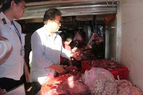 Thị heo nái ngâm huyết bò và hóa chất để biến thành thịt bò của Công ty TNHH Bính Hạnh Ảnh: Thìn Đăng